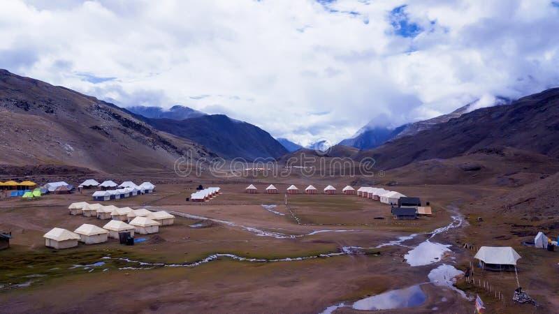 Vista panorámica del camping en el Himalaya imagen de archivo libre de regalías