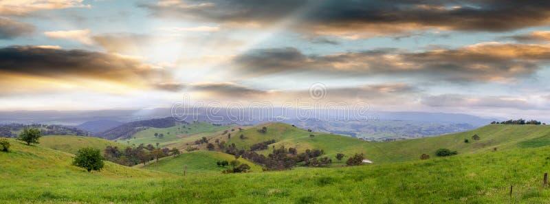 Vista panorámica del campo australiano en la puesta del sol, nuevo Wa del sur imagen de archivo libre de regalías