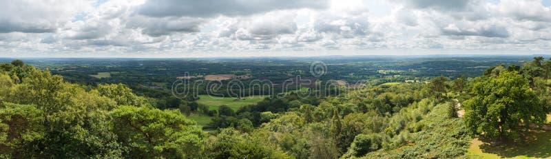 Vista panorámica del campo de Surrey y de Sussex de los plumones del norte a los plumones del sur en Inglaterra, Reino Unido fotos de archivo