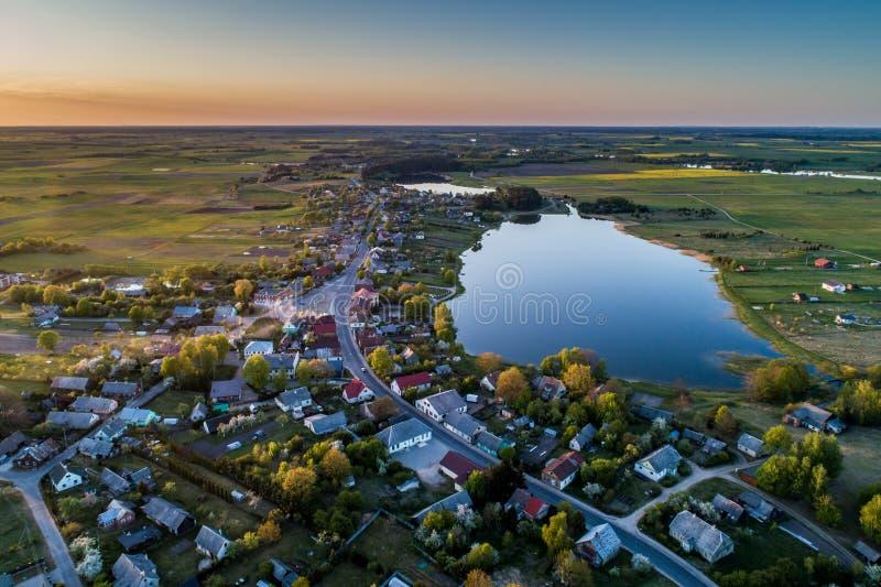 Vista panorámica del campo y de los lagos fotografía de archivo