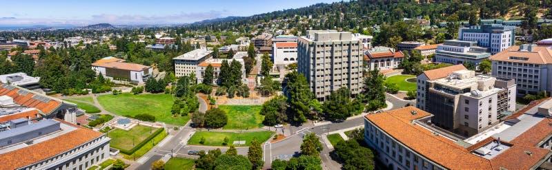 Vista panorámica del campus de la Universidad de California, de Berkeley en un día soleado, de la visión hacia Richmond y del San imagen de archivo libre de regalías