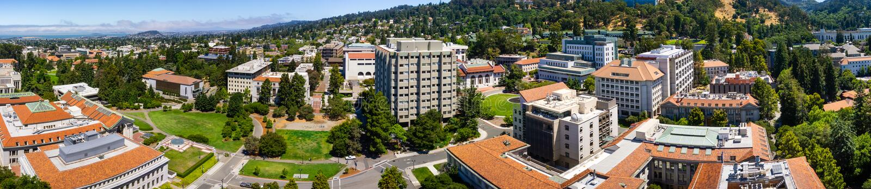 Vista panorámica del campus de la Universidad de California, de Berkeley en un día soleado, de la visión hacia Richmond y del San fotos de archivo libres de regalías