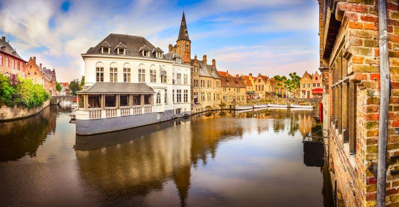 Vista panorámica del canal famoso del agua en Brujas imagen de archivo