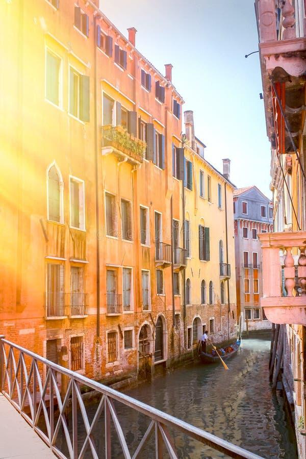 Vista panorámica del canal famoso grande en la puesta del sol en Venecia, Italia con efecto retro del filtro del estilo de Instag foto de archivo