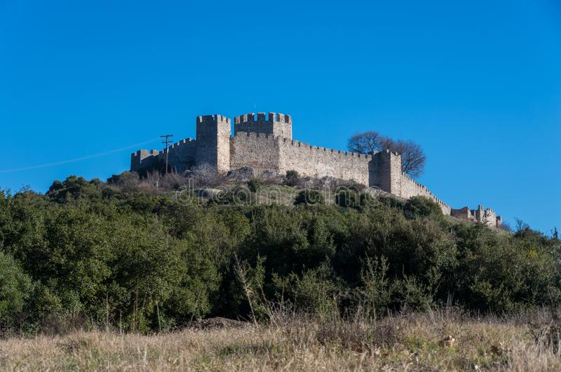 Vista panorámica del castillo famoso de Platamonas Es un Crusa imágenes de archivo libres de regalías