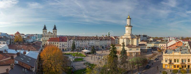 Vista panorámica del centro de ciudad de Ivano Frankivsk en otoño imágenes de archivo libres de regalías