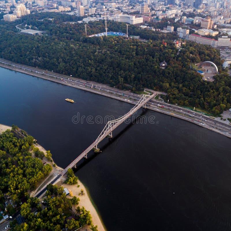 Vista panorámica del centro de ciudad de Kiev Vista aérea de la orilla derecha de Kiev con el río de Dnieper, peatón imagen de archivo