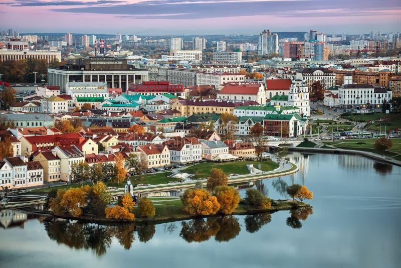 Vista panorámica del centro histórico de Minsk belarus Puesta del sol Otoño fotos de archivo