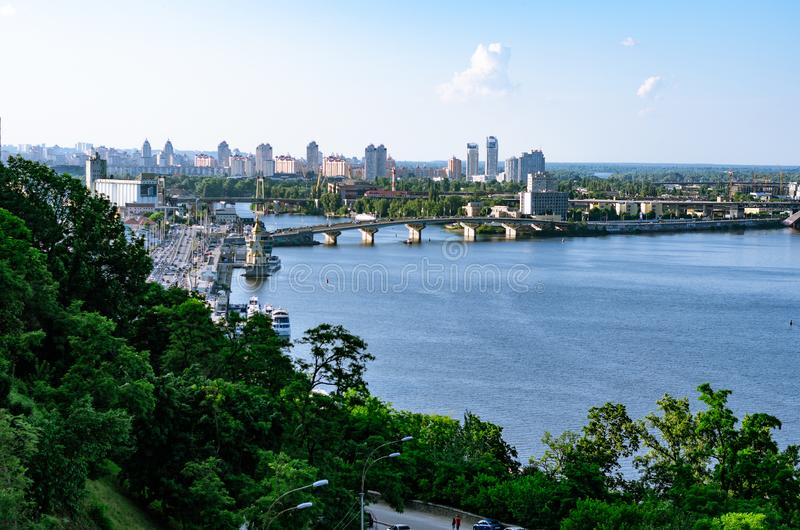 Vista panorámica del distrito Podil y del río de Dnipro en Kiev Tarde del verano foto de archivo libre de regalías