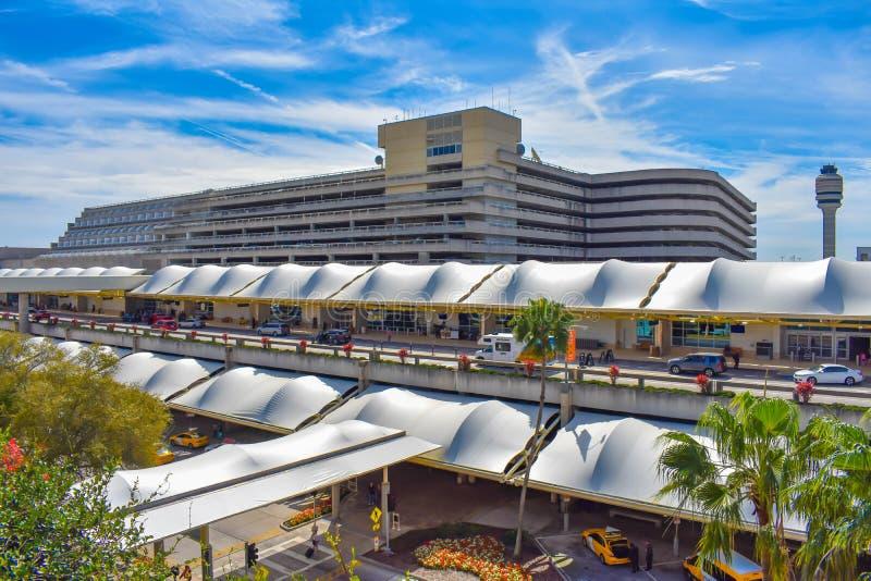 Vista panorámica del edificio A del terminal A, del aparcamiento y de la vista parcial de la torre de controlador aéreo en Orland fotos de archivo libres de regalías