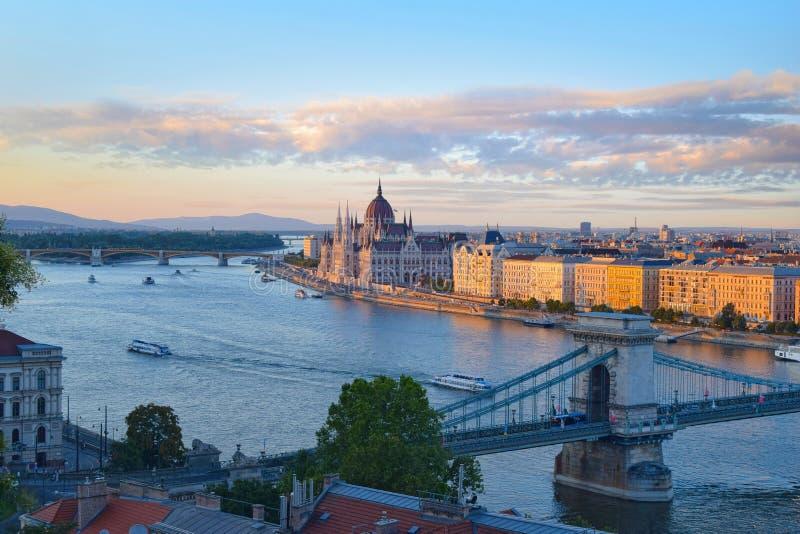 Vista panorámica del edificio y del puente del parlamento en Budapest imagenes de archivo