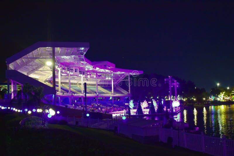 Vista panorámica del estadio colorido por el lago, cuando la demostración ha acabado en la noche en área internacional de la impu foto de archivo libre de regalías