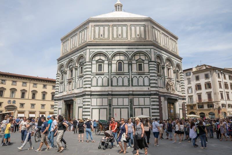 Vista panorámica del exterior de Florence Baptistery encendido en la plaza del Duomo imagen de archivo
