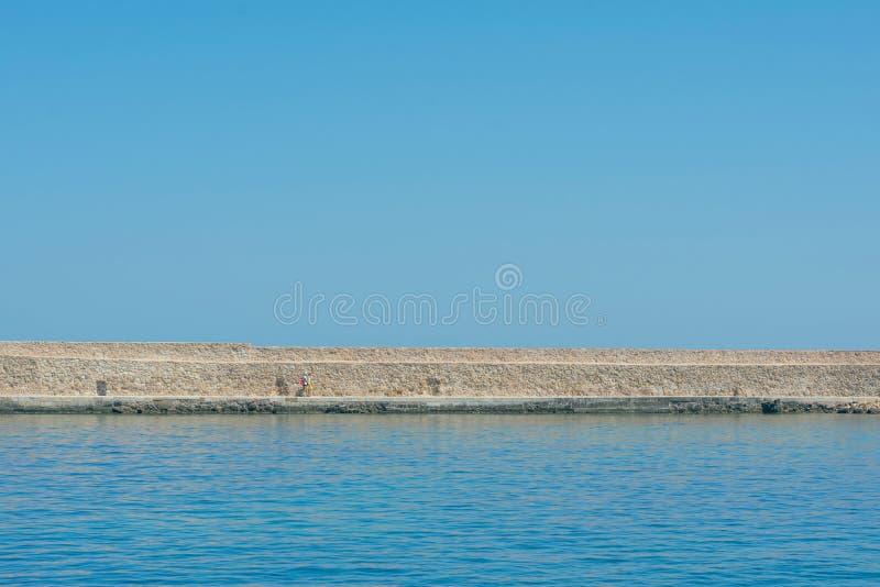 Vista panorámica del faro de la antigüedad en el puerto veneciano viejo de Chania Isla de Crete Grecia foto de archivo