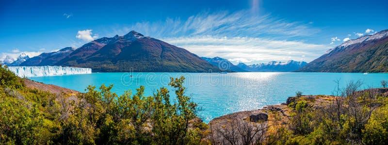 Vista panorámica del glaciar enorme de Perito Moreno en la Patagonia en otoño de oro, Suramérica, día soleado, cielo azul fotos de archivo libres de regalías