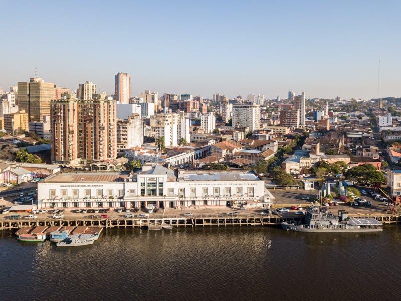 Vista panorámica del horizonte de los rascacielos de la capital latinoamericana de Ciudad de Asuncion Paraguay y terraplén del rí foto de archivo libre de regalías