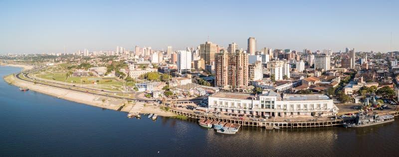 Vista panorámica del horizonte de los rascacielos de la capital latinoamericana de Ciudad de Asuncion Paraguay y terraplén del rí imagenes de archivo
