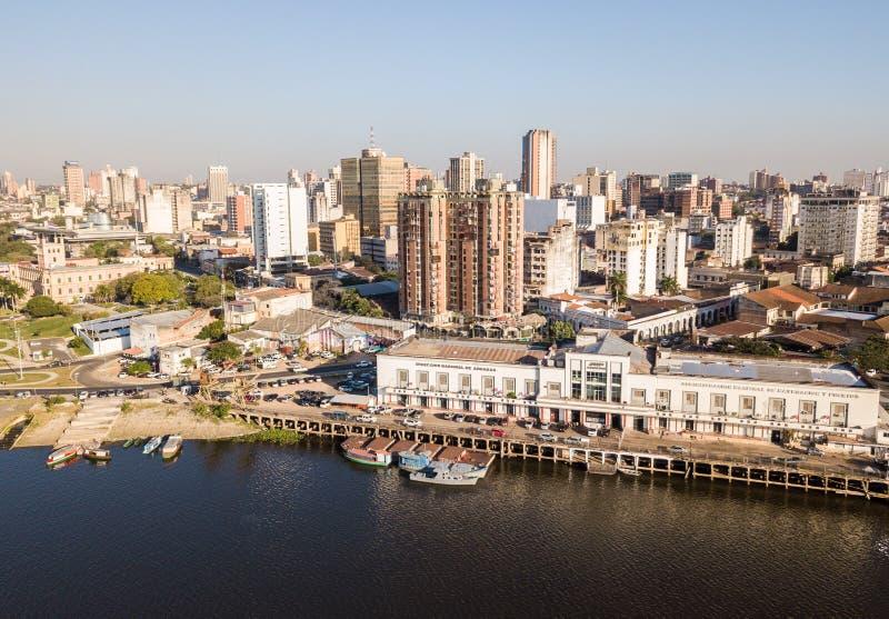 Vista panorámica del horizonte de los rascacielos de la capital latinoamericana de Ciudad de Asuncion Paraguay y terraplén del rí imágenes de archivo libres de regalías