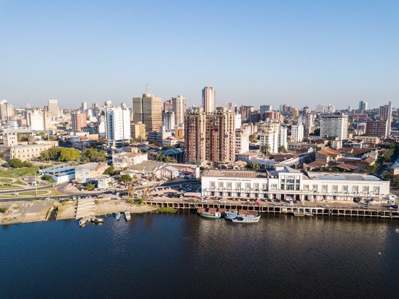 Vista panorámica del horizonte de los rascacielos de la capital latinoamericana de Ciudad de Asuncion Paraguay y terraplén del rí fotos de archivo libres de regalías