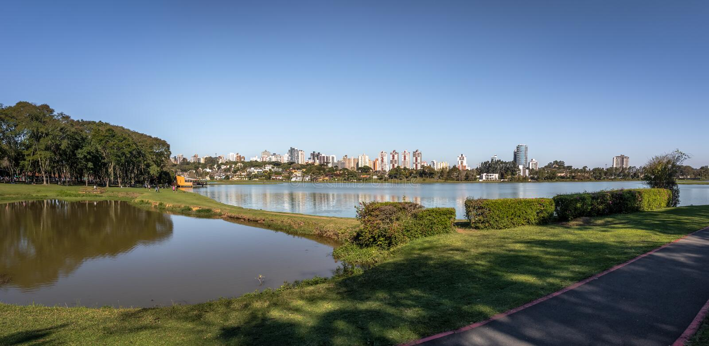 Vista panorámica del horizonte del parque y de la ciudad de Barigui - Curitiba, Paraná, el Brasil foto de archivo libre de regalías