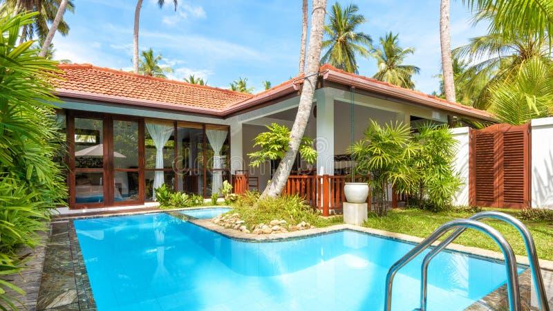 Vista panorámica del hotel tropical de lujo con la piscina imagenes de archivo