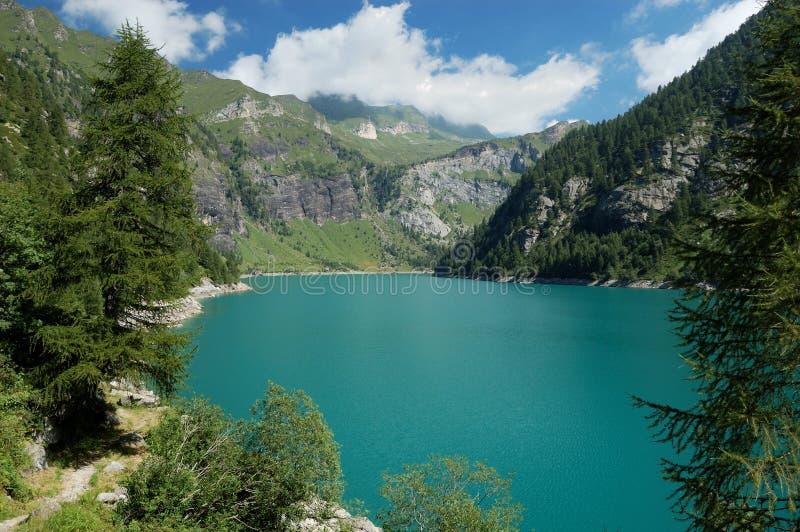 Vista panorámica del lago alpestre imagen de archivo