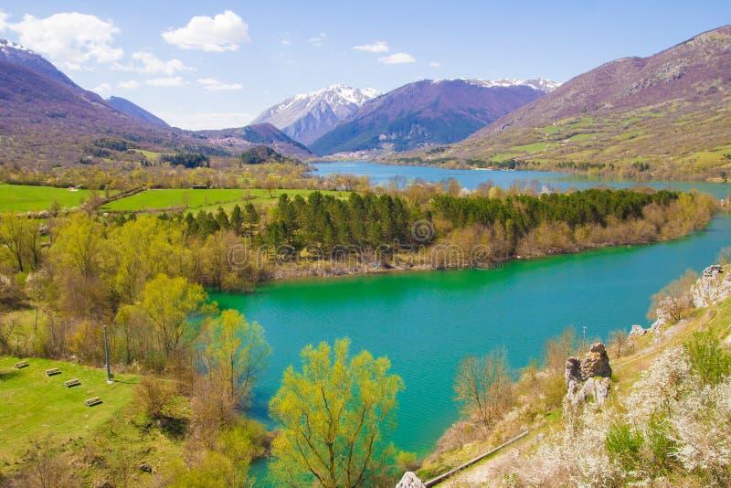 Vista panorámica del lago Barrea fotografía de archivo libre de regalías