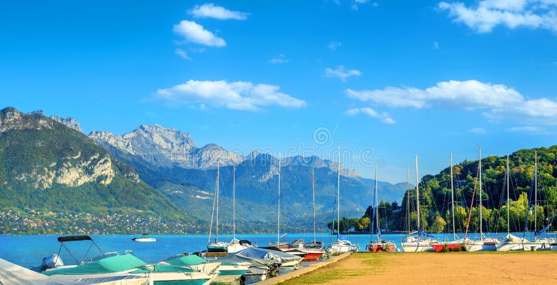 Vista panorámica del lago de Annecy con puerto deportivo. Haute Savoie, monta?as francesas, Francia foto de archivo libre de regalías