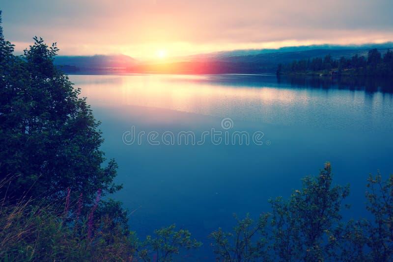 Vista panorámica del lago de la montaña imágenes de archivo libres de regalías