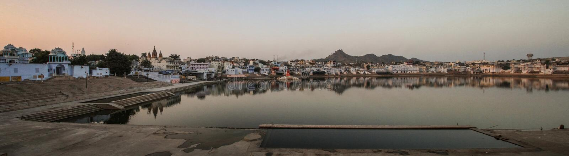 Vista panorámica del lago en la puesta del sol, Pushkar, Rajasthán, la India Pushkar imagen de archivo libre de regalías