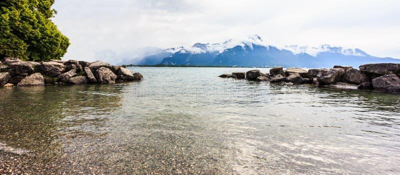 Vista panorámica del lago Lemán con el fondo suizo de las montañas, uno del ` s de Suiza la mayoría de los lagos cruzados en Euro imagen de archivo libre de regalías