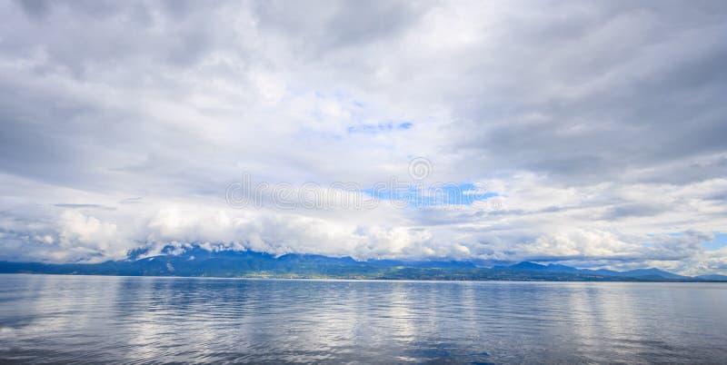 Vista panorámica del lago Lemán, uno del ` s de Suiza la mayoría de los lagos cruzados en Europa, Vaud, Suiza Diseño para el fond foto de archivo libre de regalías