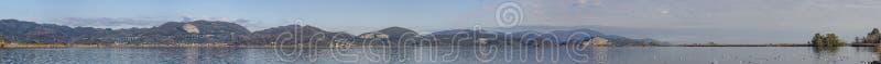 Vista panorámica del lago Massaciuccoli de Torre del Lago Puccini, Lucca, Toscana, Italia imagenes de archivo