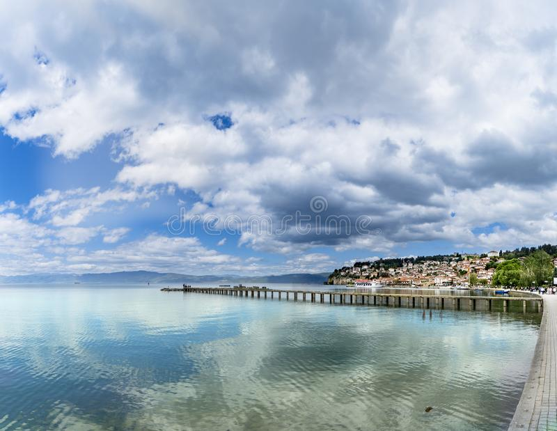 Vista panorámica del lago Ohrid foto de archivo libre de regalías