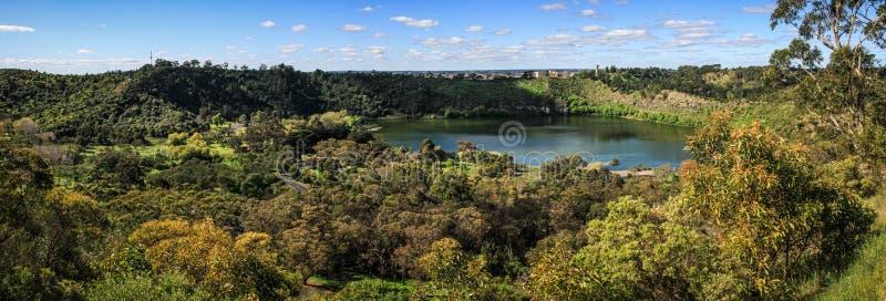 Vista panorámica del lago valley de Gambier del soporte, Mt Gambier, sur de Australia, Australia imagen de archivo