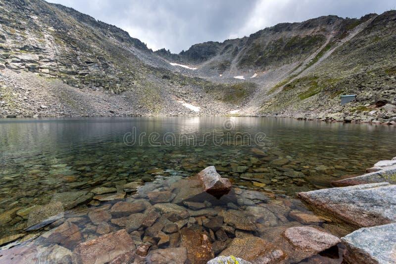 Vista panorámica del lago y de las nubes ice de Ledenoto sobre el pico de Musala, montaña de Rila, Bulgaria imagen de archivo libre de regalías