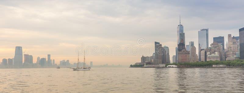 Vista panorámica del Lower Manhattan y de Jersey City, New York City, los E.E.U.U. fotografía de archivo