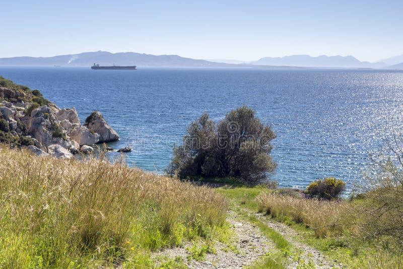 Vista panorámica del mar, montañas en un día de primavera soleado imagen de archivo