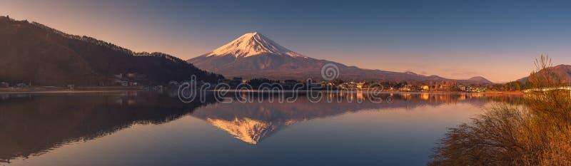 Vista panorámica del monte Fuji en el lago Kawaguchi imagenes de archivo