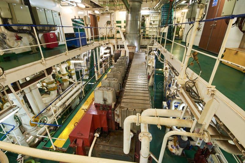 Vista panorámica del motor principal en un buque mercante en la sala de máquinas imagen de archivo libre de regalías