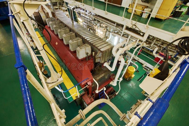 Vista panorámica del motor principal en un buque mercante en la sala de máquinas foto de archivo libre de regalías