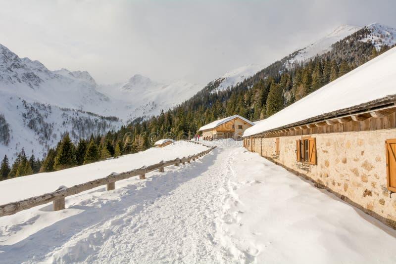 Vista panorámica del país de las maravillas idílico del invierno con los tops de la montaña y del chalet tradicional de la montañ fotografía de archivo