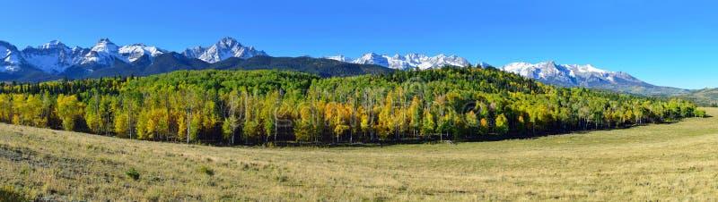 Vista panorámica del paisaje alpino de Colorado durante follaje imagen de archivo libre de regalías
