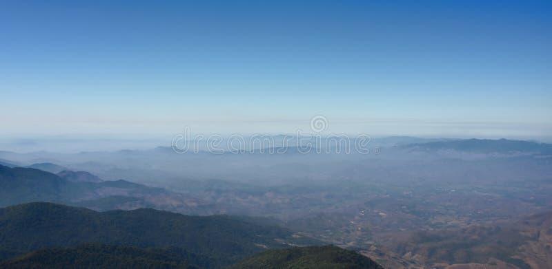 Vista panorámica del paisaje de los picos de montaña del sendero de Kew Mae Pan en el parque nacional de Doi Inthanon, Chaingmai, fotos de archivo