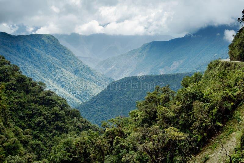 Vista panorámica del paisaje montañoso de Yongas del norte fotos de archivo