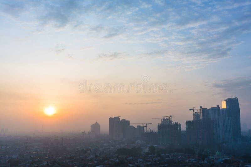 Vista panorámica del paisaje urbano de Jakarta en la salida del sol foto de archivo
