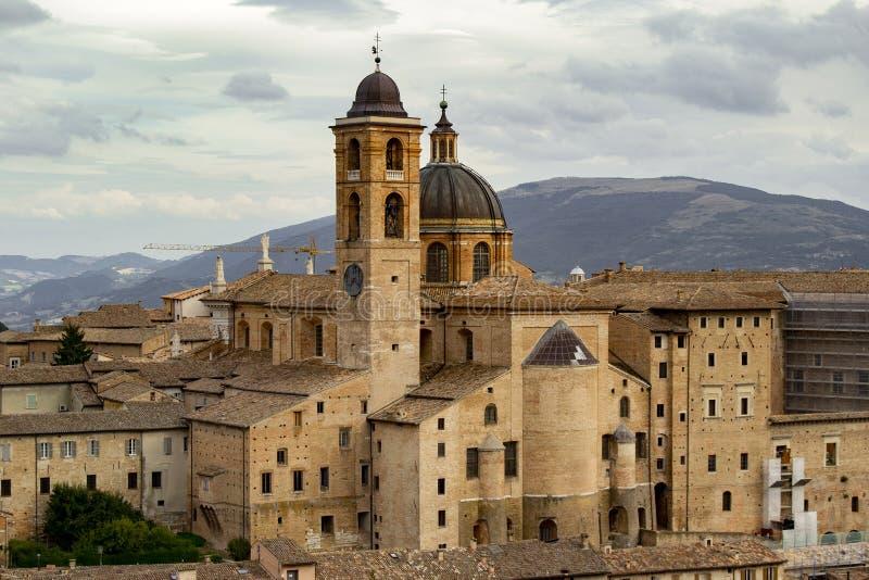 Vista panorámica del palacio Urbino y del palacio ducal fotos de archivo