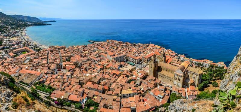 Vista panorámica del pueblo Cefalu y del océano, Sicilia imagen de archivo libre de regalías