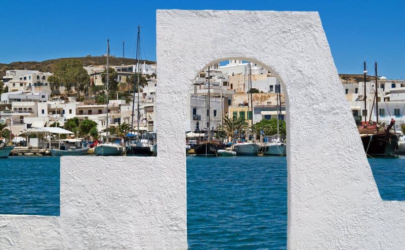 Vista panorámica del pueblo de Adamas en la isla de los Milos foto de archivo libre de regalías