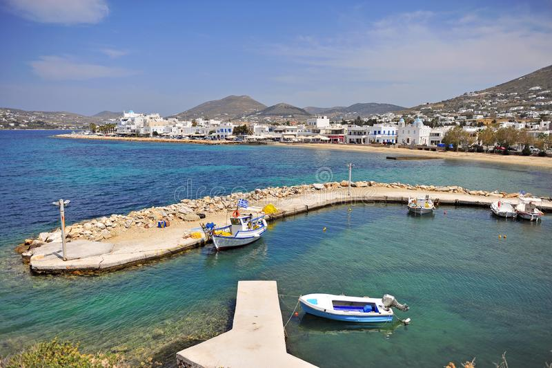 Vista panorámica del pueblo de Parikia en la isla de Paros imagenes de archivo